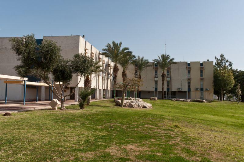 מראה מן הצד על בית הארחה מכבים - אחסניית נוער במרכז